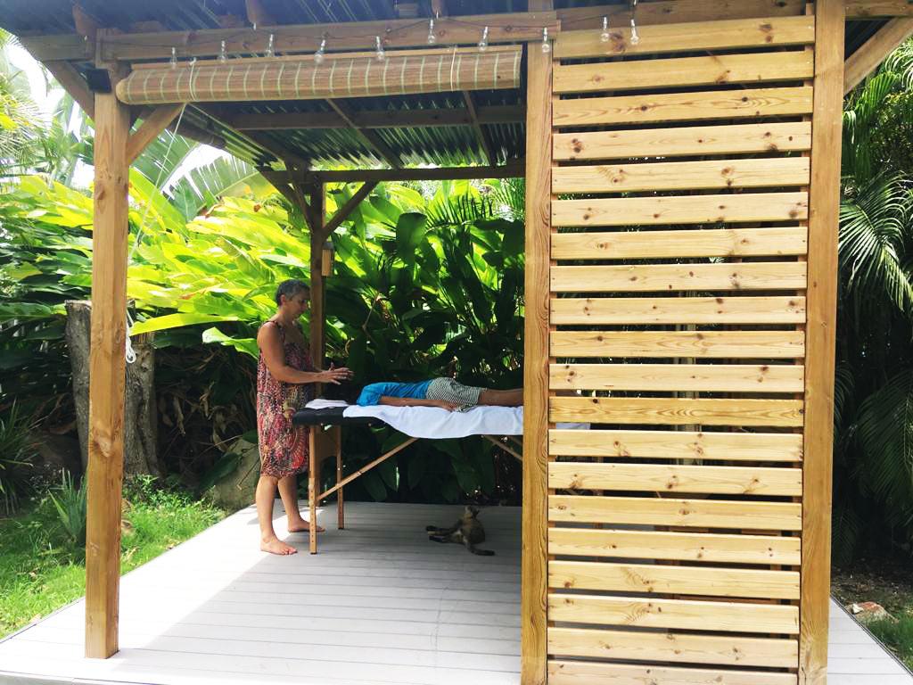 Un massage ou un soin reiki vous tente dans un luxuriant espace vert zen sur l'île de la Guadeloupe ? C'est dans un jardin fleuri que je pratique ces soins et je vous y invite.