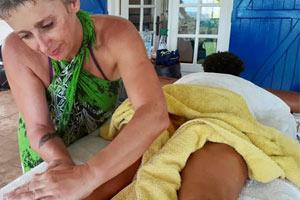 Le massage des 5 continents avec Fanny en Guadeloupe, c'est donc à la fois un massage et un soin énergétique Reiki, le tout sublimé par l'aromathérapie.